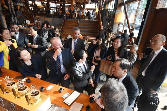 Starbucks CEO Kevin Johnson drinks coffee with Chinese delegation a roastery store.