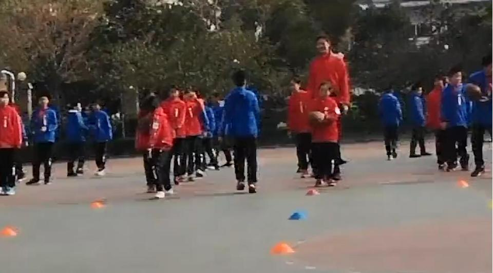 Zhang towers over her classmates during an outdoor lesson. (CEN)