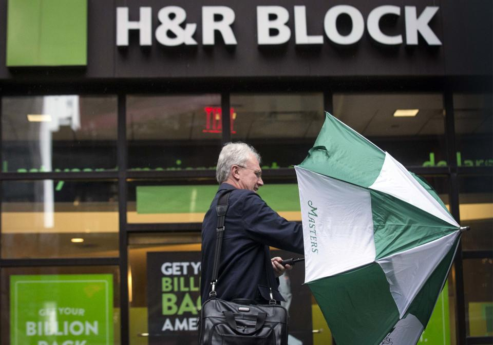 A man arrives at an H&R Block tax center in New York April 15, 2014. April 15 is the deadline for Americans to file their taxes with the IRS. REUTERS/Brendan McDermid (UNITED STATESBUSINESS – Tags: BUSINESS POLITICS)
