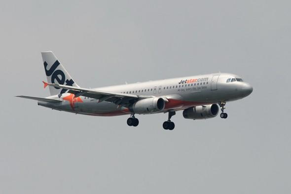 Jetstar pilots 'forget to lower wheels' due to mobile phone distraction