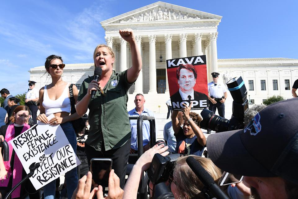 Emily Ratajkowski and Amy Schumer appear at a rally outside the Supreme Court against nominee Brett Kavanaugh. (Photo: Matt McClain/The Washington Post via Getty Images)