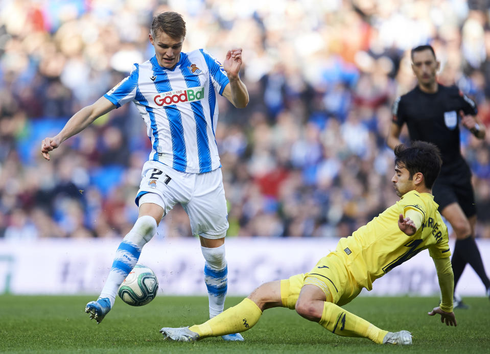 SAN SEBASTIAN, SPAIN - JANUARY 05: Martin Odegaard of Real Sociedad duels for the ball with Manuel Trigueros of Villarreal CF during the Liga match between Real Sociedad and Villarreal CF at Estadio Anoeta on January 05, 2020 in San Sebastian, Spain. (Photo by Juan Manuel Serrano Arce/Getty Images)