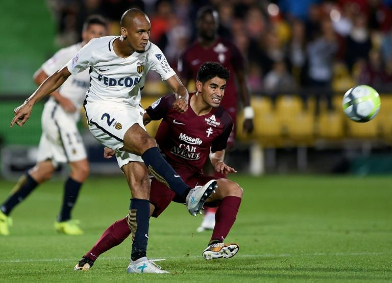 Metz' midfielder Geronimo Poblete (R) vies with Monaco's defender Fabinho during the French L1 football match between August 18, 2017