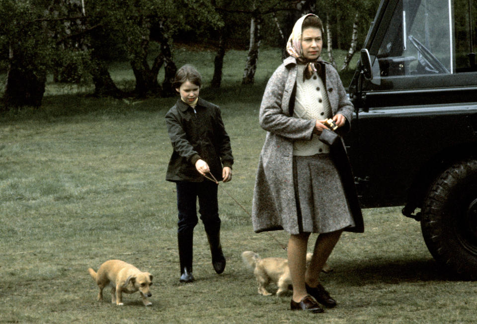 BADMINTON, ENGLAND - APRIL 1: Queen Elizabeth ll and Lady Sarah Armstrong-Jones walk with pet corgis, which are a cross between a corgi and a dachshund, at the Badminton Horse Trials in April 1976. (Photo by Anwar Hussein/Getty Images)