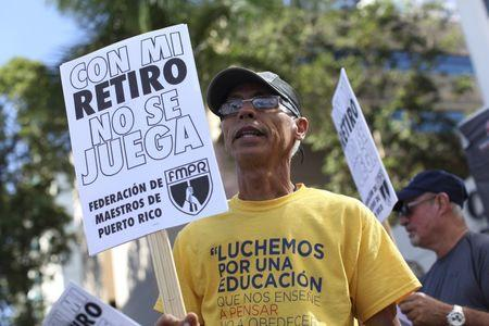 Members of the Committee of retired Teachers of Puerto Rico's Teachers Federation protest against the underfunding of their pension system in San Juan, March 18, 2016.   REUTERS/Alvin Baez