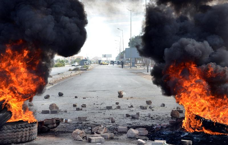 Tyres set on fire block the road in the town of Ben Guerdane on January 21, 2016, to show solidarity with protests in the central Tunisian town of Kasserine (AFP Photo/Fathi Nasri)
