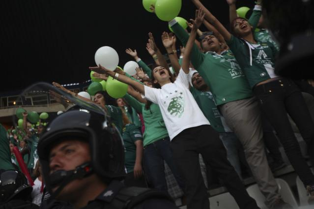 Fans of Mexico's Leon wave before their Mexican league championship final soccer match against Mexico's Pachuca at the Hidalgo stadium in Pachuca May 18, 2014. REUTERS/Edgard Garrido (MEXICO - Tags: SPORT SOCCER)