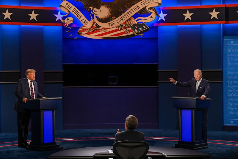 Donald Trump y Joe Biden intercambian comentarios en un acalorado debate televisado en Ohio el 29 de septiembre de 2020. (AFP via Getty Images)