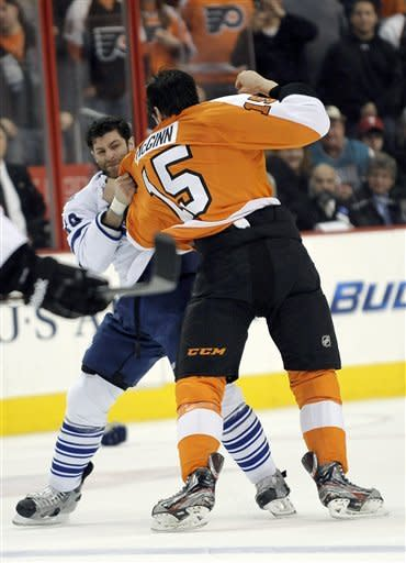 Toronto Maple Leafs' Mike Brown, left, and Philadelphia Flyers' Tye McGinn fight in the first period of an NHL hockey game, Monday, Feb 25, 2013, in Philadelphia. (AP Photo/Michael Perez)