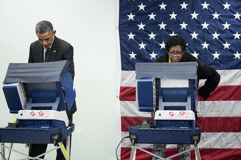President Barack Obama casts a ballot in early voting for the 2014 mid-term elections at the Dr. Martin Luther King Community Service Center October 20, 2014 in Chicago, Illinois (AFP Photo/Brendan Smialowski)