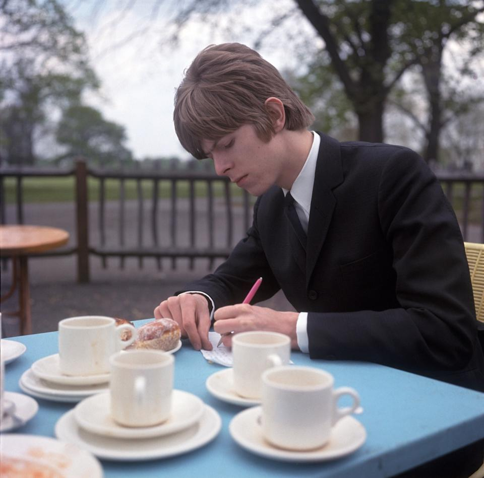 AXMEXY DAVID BOWIE writing lyrics on Clapham Common, London in 1966. See Description below.. Image shot 1966. Exact date unknown.