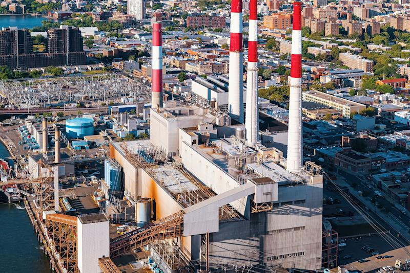 The Ravenswood Generating Station, which looms over Queensbridge Park, contributes to lower air quality near a massive public housing complex. (Photo: Melpomenem/Getty Images)