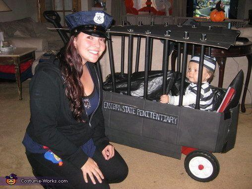"Vía <a href=""http://www.costume-works.com/police_officer_and_inmate.html"" target=""_blank"">Costume-Works.com</a>"