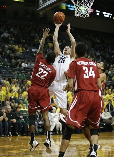 Oregon's E. J. Singler (25) shoots over Washington State defenders Royce Woolridge (22) and Dexter Kernich-Drew (34) during the second half of Washington State's game against Oregon in an NCAA college basketball game at Matthew Knight Arena in Eugene, Ore. Wednesday Jan. 23, 2013. Oregon defeated Washington State 68-61. (AP Photo/Brian Davies)