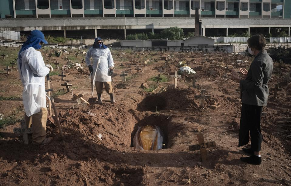 RIO DE JANEIRO, BRAZIL â APRIL 22: Burials of Covid19 victims in Cemiterio do Caju, North Zone of the city, on April 22, 2021. Brazil registered 3,472 coronavirus deaths and more than 79,700 cases in the past 24 hours, (Photo by Fabio Teixeira/Anadolu Agency via Getty Images)