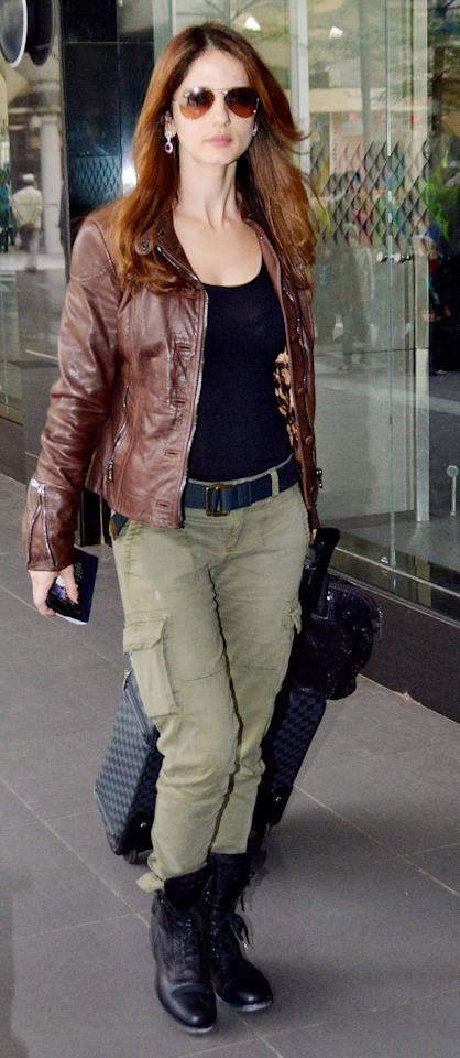 We are absolutely loving Suzzane Roshan here in her cargos, leather jacket and aviators look. Super comfy and uber stylish!