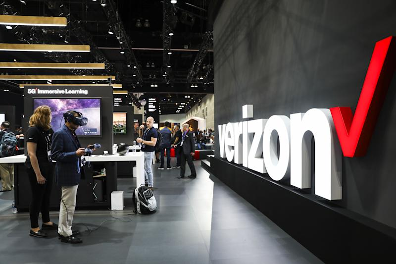 An attendee views a 5G wireless enabled virtual reality (AR) headset for immersive learning at the Verizon Communications Inc. booth during the Mobile World Congress Americas event in Los Angeles, California, U.S., on Tuesday, Oct. 22, 2019. Photo: Patrick T. Fallon/Bloomberg