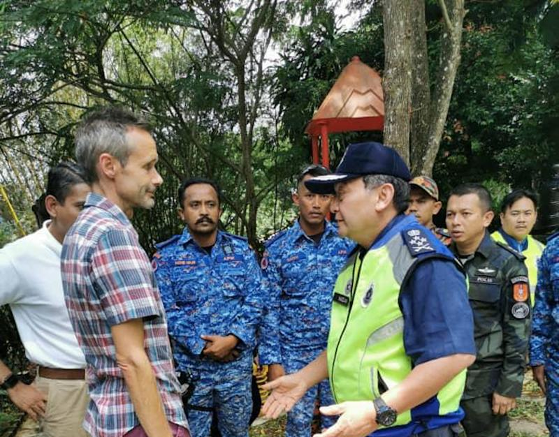 Datuk Mazlan Mansor speaks to Nora Anne's father Sebastian Quoirin at The Dusun resort area August 11, 2019. — Picture courtesy of Royal Malaysian Police