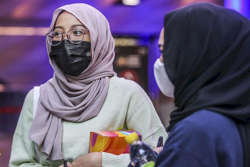 Khaliesa Hanani (left) speaking to Malay Mail reporters at Mid Valley shopping centre cinema, March 5, 2021. ― Picture by Hari Anggara