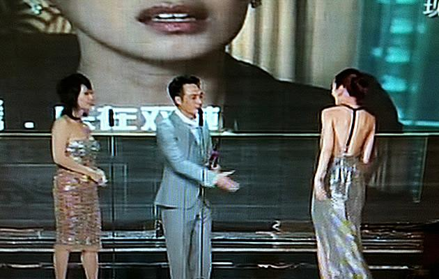 Joanne Peh goes up to collect her Best Actress Award (Youtube screengrab)