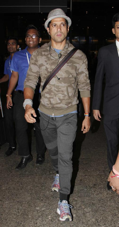 <p>Farhan Akhtar gives a hipster twist to a casual attire with the help of a hat. </p>