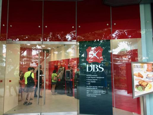 DBS FHR-18 to rise - Queue at DBS ATM at Holland village