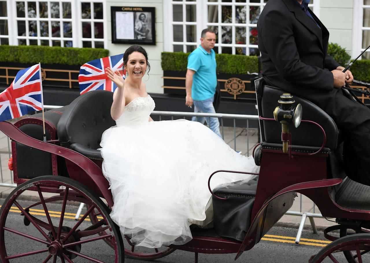 <p>Look, it's Meghan a few days early! No, it's just GMTV's Laura Tobin riding a horse-drawn carriage around Windsor. [Photo: Getty] </p>