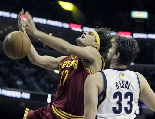 Cleveland Cavaliers' Anderson Varejao (17), of Brazil, tries to get an offensive rebound over Memphis Grizzlies' Marc Gasol (33), of Spain, during the first half of an NBA basketball game in Memphis, Tenn, Monday, Nov. 26, 2012. (AP Photo/Danny Johnston)