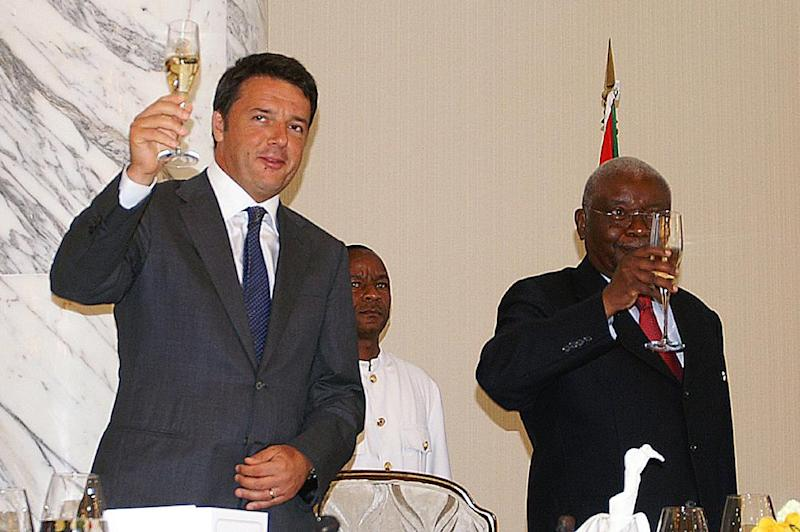 Italian Prime Minister Matteo Renzi (L) and Mozambican President Armando Guebuza (R) raise their glasses during an official lunch on July 19, 2014 in Maputo (AFP Photo/Jinty Jackson)
