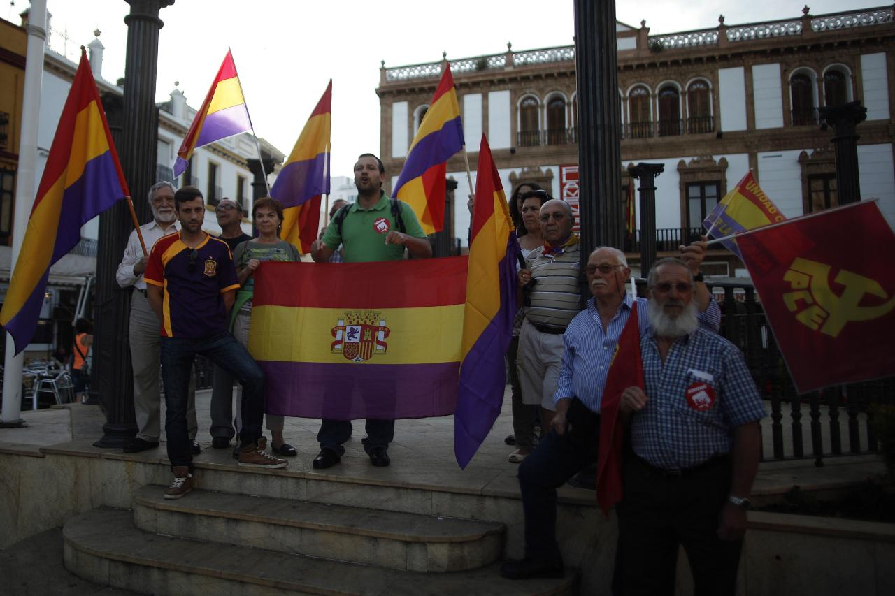 People hold Republican flags during an anti-royalist demonstration in Ronda, near Malaga, southern Spain, June 2, 2014. Spain's King Juan Carlos said on Monday he would abdicate in favour of his son Prince Felipe, aiming to revive the scandal-hit monarchy at a time of economic hardship and growing discontent with the wider political elite. Picture taken June 2, 2014. REUTERS/Jon Nazca (SPAIN - Tags: POLITICS ROYALS CIVIL UNREST)