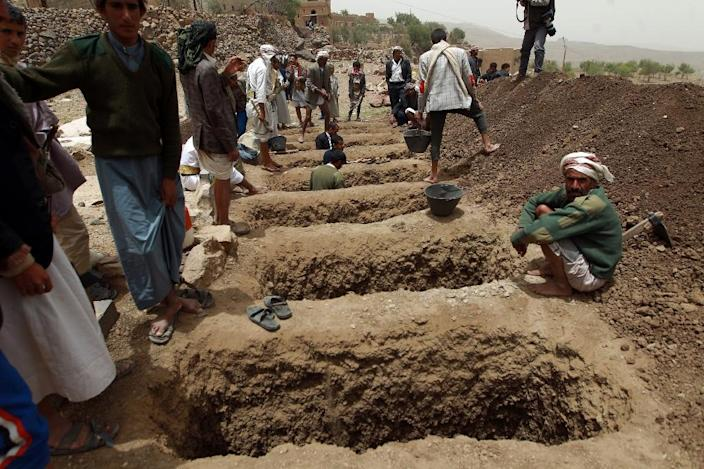 Yemenis dig graves to bury the victims of a reported airstrike by the Saudi-led coalition against Shiite Huthi rebel positions in the village of Bani Matar, on April 4, 2015 (AFP Photo/Mohammed Huwais)