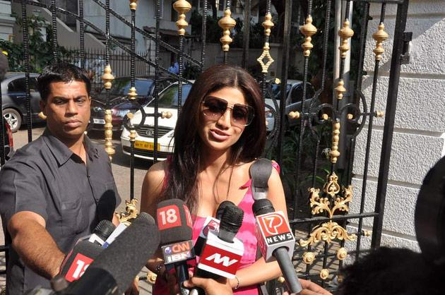Shilpa was also seen chatting up with the media just outside the Dutt residence.