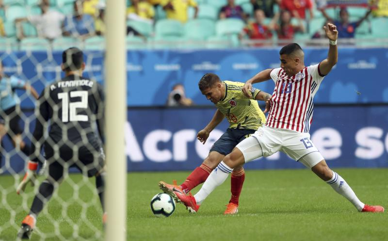 Colombia's Gustavo Cuellar, center, kicks the ball to score his side's first goal against Paraguay during a Copa America Group B soccer match at Arena Fonte Nova in Salvador, Brazil, Sunday, June 23, 2019. (AP Photo/Ricardo Mazalan)