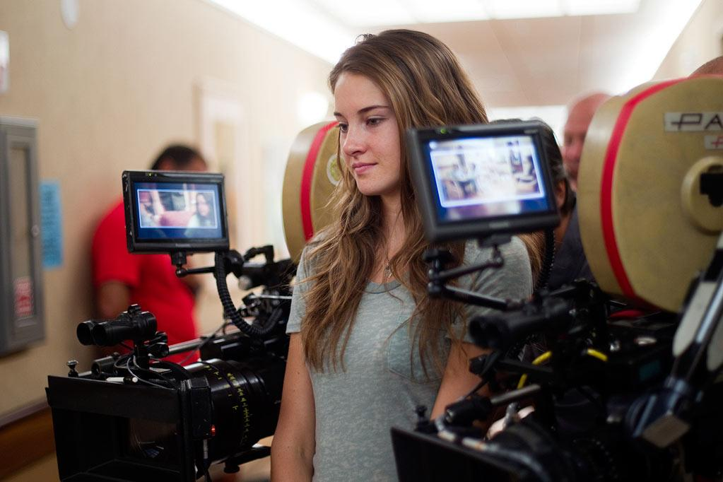 "<a href=""http://movies.yahoo.com/movie/contributor/1804734325"">Shailene Woodley</a> on the set of Fox Searchlight's <a href=""http://movies.yahoo.com/movie/1810212933/info"">The Descendants</a> - 2011"