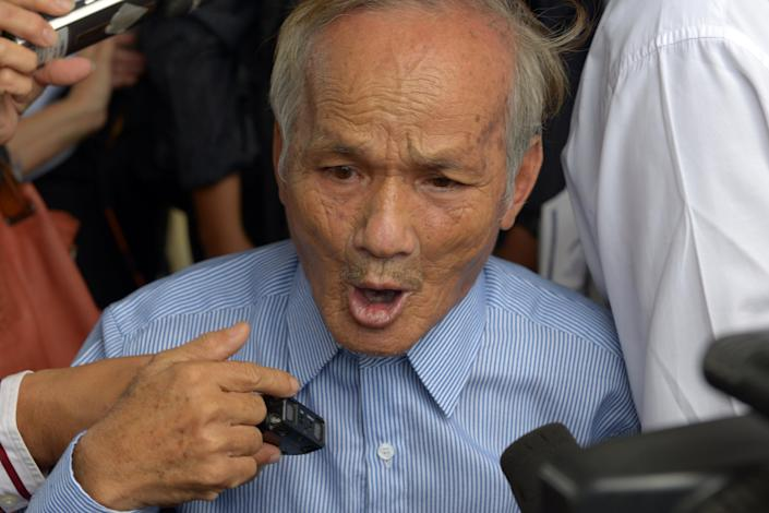 Bou Meng, a prominent survivor of the notorious Tuol Sleng prison, speaks to the media after hearing the verdict in the trial of two former Khmer Rouge leaders at the ECCC in Phnom Penh on August 7, 2014 (AFP Photo/Tang Chhin Sothy)
