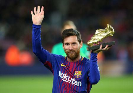 Soccer Football - La Liga Santander - FC Barcelona vs Deportivo de La Coruna - Camp Nou, Barcelona, Spain - December 17, 2017 Barcelona's Lionel Messi celebrates with the golden boot award before the match REUTERS/Albert Gea