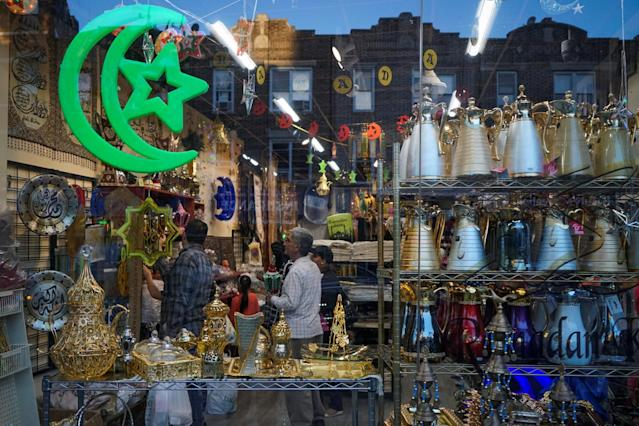 <p>Muslims shop for decorations ahead of the first day of Ramadan in Brooklyn, New York, May 26, 2017.<br>(Amr Alfiky/Reuters) </p>
