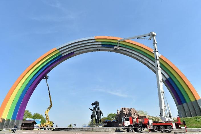 """Ukrainian workers decorate the """"Arch of friendship"""" monument in Kiev, during preparations for the Eurovision Song Contest that will be held from May 9-13 (AFP Photo/ Sergei SUPINSKY )"""