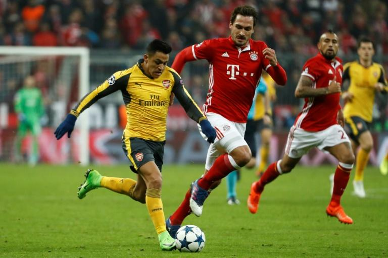 Arsenal's striker Alexis Sanchez (L) and Bayern Munich's defender Mats Hummels vie for the ball during the UEFA Champions League round of sixteen football match February 15, 2017