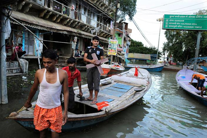 <p>Flood affected move to safer places, in Allahabad, India, Thursday, Aug. 25, 2016. (AP Photo/Rajesh Kumar Singh)</p>