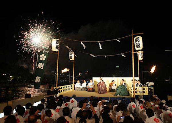 "▲The sounds of musicians' drums and flutes and cries of ""Ha!"" and ""Iyaa!"" echo through the night (Photo courtesy of Osaka Tenmangu Shrine)."