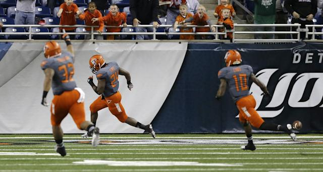 Bowling Green's William Houston (32) and Herve Coby (10) chase teammate BooBoo Gates (24) after his 94-yard kickoff return for a touchdown to start the third quarter of the Little Caesars Pizza Bowl NCAA college football game against Pittsburgh, Thursday, Dec. 26, 2013, in Detroit. (AP Photo/Carlos Osorio)