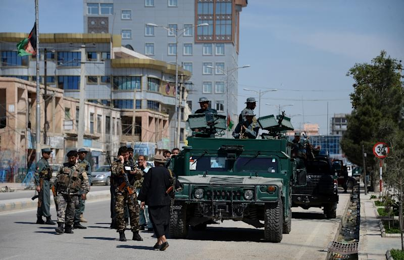 Afghan security forces arrive at the site of an attack by gunmen at a court complex in Mazar-i-sharif on April 9, 2015 (AFP Photo/Farshad Usyan)