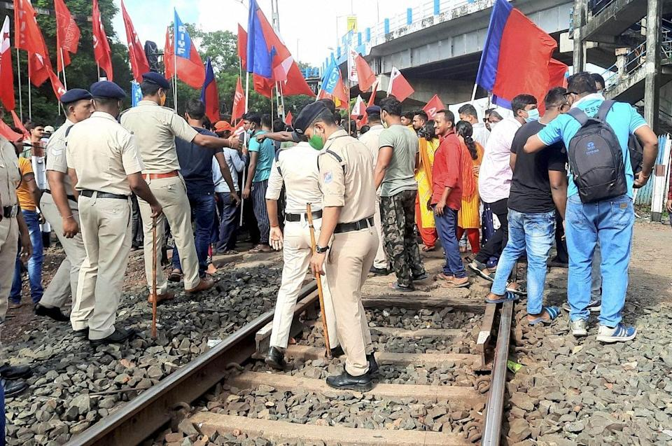 """<div class=""""paragraphs""""><p>West Midnapur: Left Front supporters block the IIT Kharagpur-Hijri railway line to support farmers Bharat Bandh strike, in West Midnapur.</p></div>"""