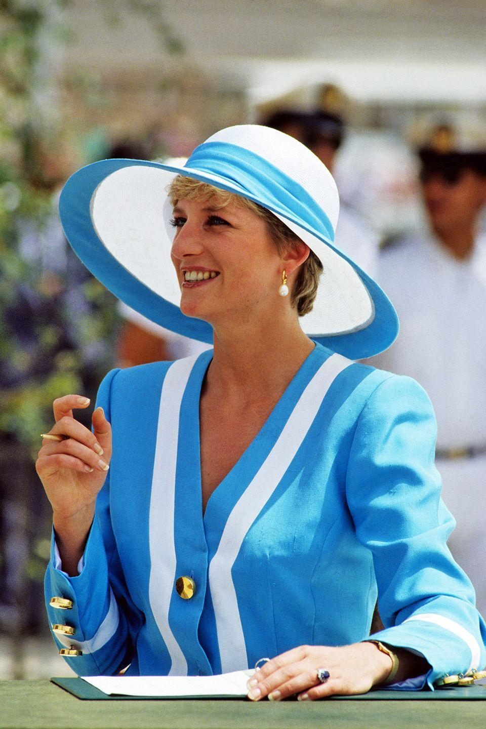 <p>Wearing a turquoise-accented sun hat while on a visit to Egypt. </p>