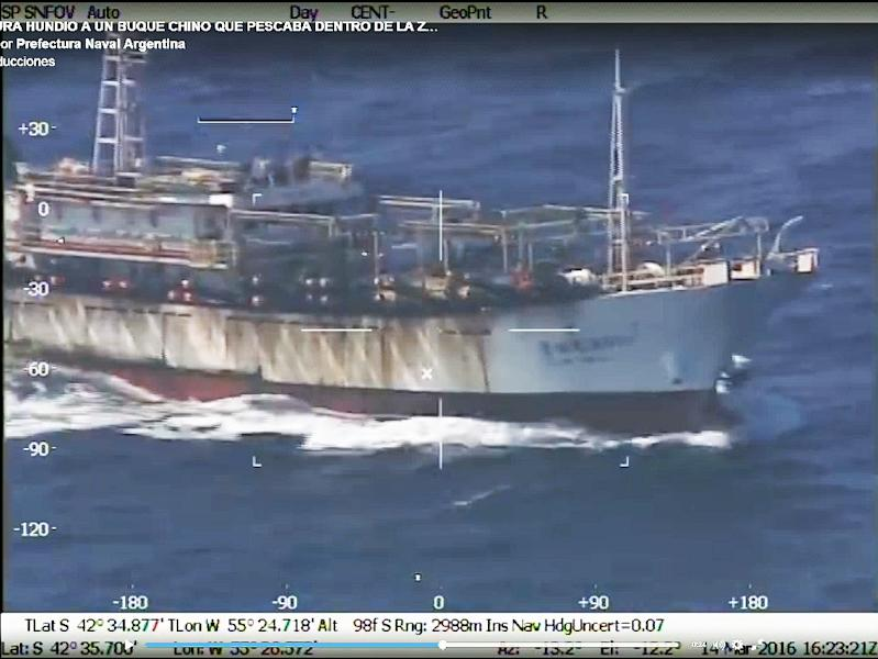 A screen grab from a video posted on Prefectura Naval's website on March 15, 2016 shows the Chinese fishing boat Lu Yan Yuan Yu 010, sank by Argentina's coast guard off Puerto Madryn (AFP Photo/)