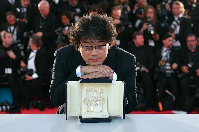 "South Korean director Bong Joon-Ho with the trophy after he was awarded the Palme d'Or at Cannes for his film ""Gisaengchung"", or ""Parasite"" (AFP Photo/Alberto PIZZOLI)"