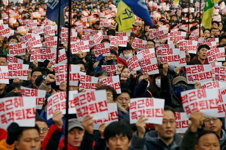 Members of Korean Confederation of Trade Unions chant slogans during a general strike calling for South Korean President Park Geun-hye to step down, in central Seoul, South Korea November 30, 2016. REUTERS/Kim Hong-Ji