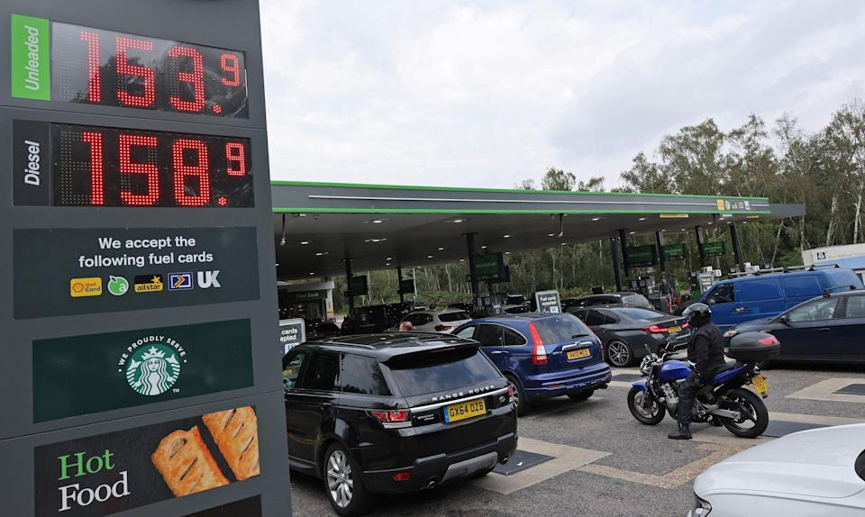 Motorists queue for petrol and diesel fuel at a petrol station off of the M3 motorway near Fleet (AFP via Getty Images)