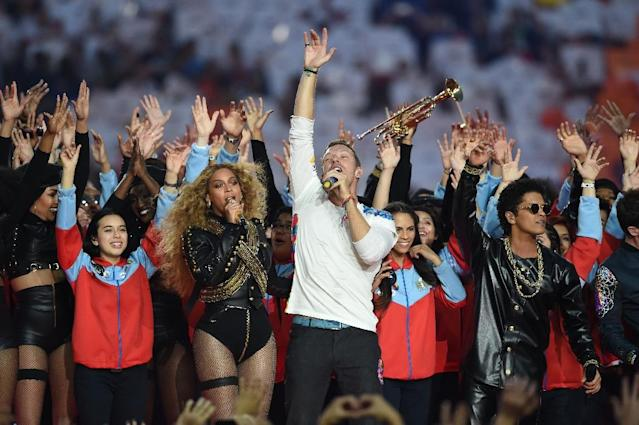 (L-R) Beyonce, Chris Martin and Bruno Mars perform during Super Bowl 50 in Santa Clara, California, on February 7, 2016 (AFP Photo/Timothy A. Clary)